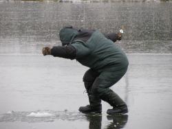 По тонкому льду. Сургутяне с риском для жизни прогуливаются по едва замерзшим водоемам