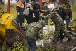 Волонтеры в Сургуте убрали территорию у городских памятников